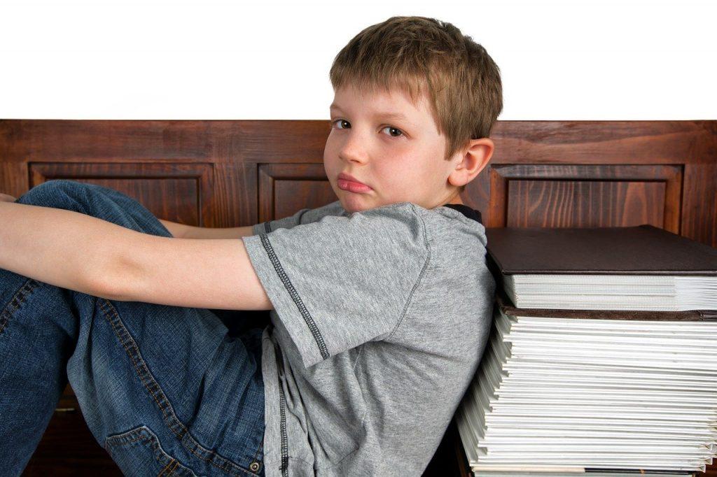 ילד על ערימת ספרים