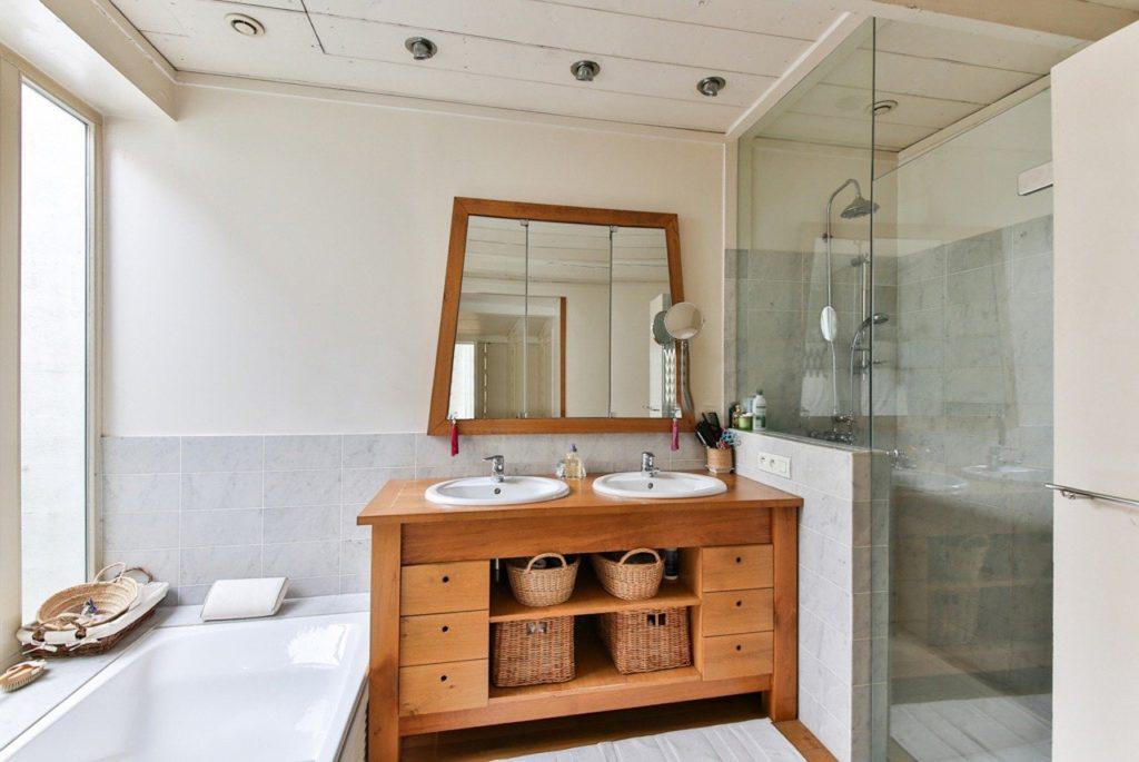מקלחון בתוך אמבטיה