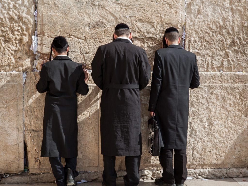 אנשים מתפללים