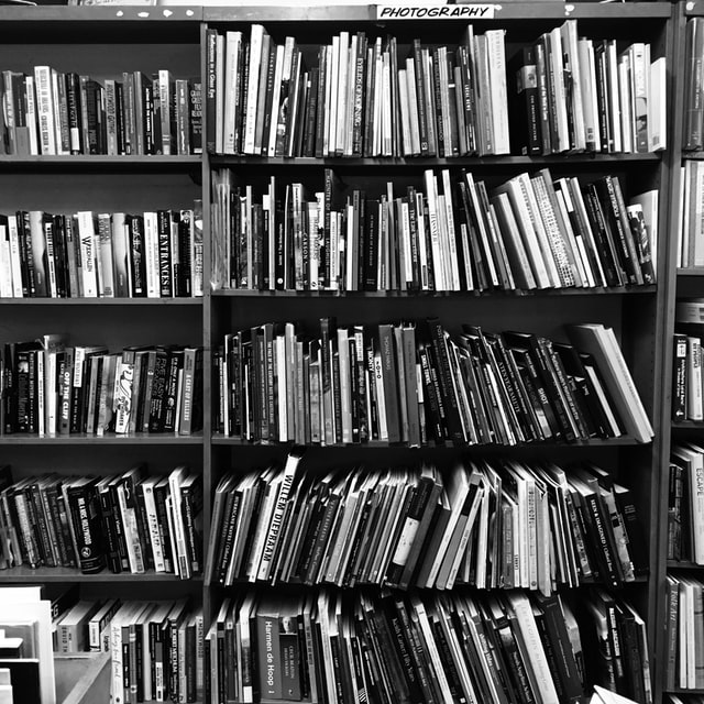 ספריה בצבעים שחור לבן - הדמיה