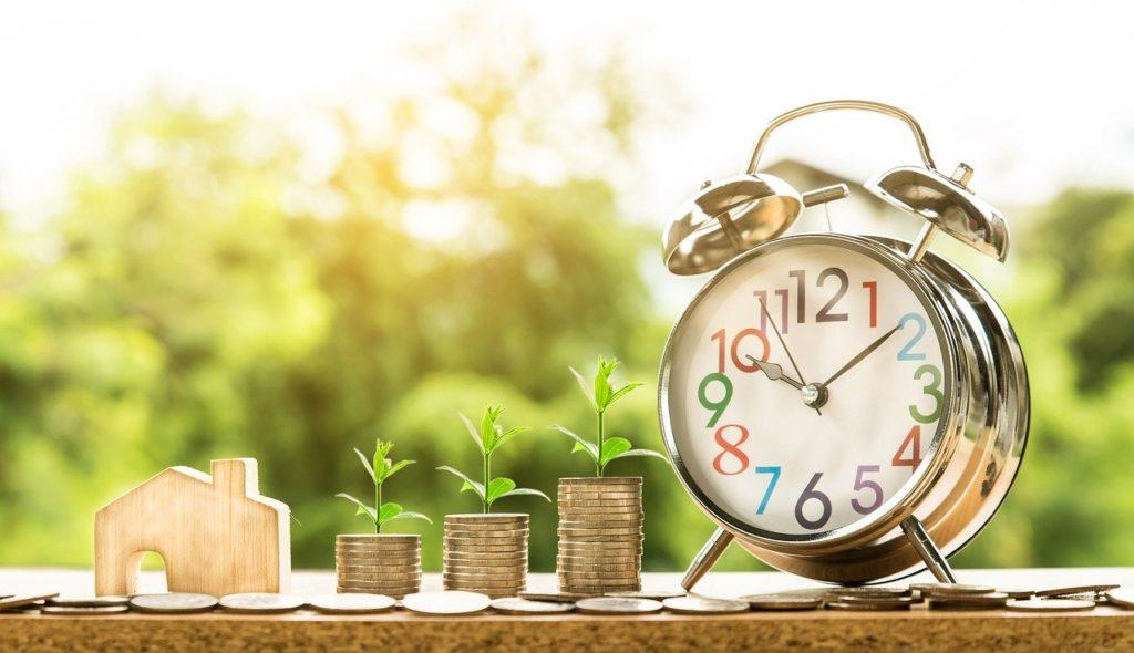 ערימת מטבעות בית ושעון מעורר